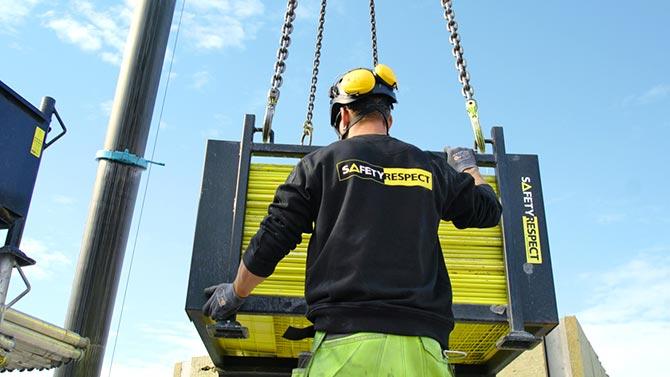 Midlertidig fallsikring lyft av kran på byggeprosjekt