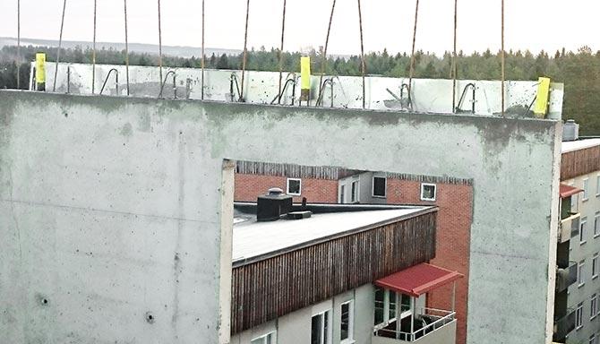 Feste for fallsikring innstøpt i betongvägg